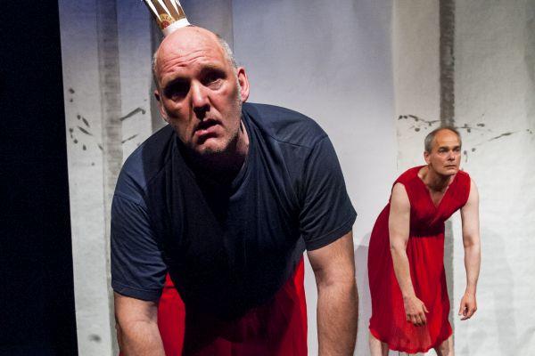 Jo im roten kleid theater triebwerk