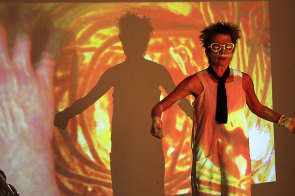 """Bruna Luna von performance26 in """"Xeno-Lab"""", 1.11.14 Haus 73"""