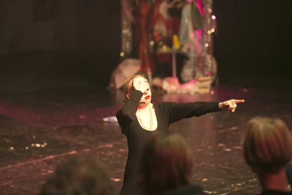Sabrina Braemer unterweist das Publikum