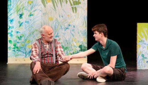 Ein Moment der Ruhe: Max (Kai Benno Vos) reicht seinem Großvater (Thorsten Neelmeyer) die Hand